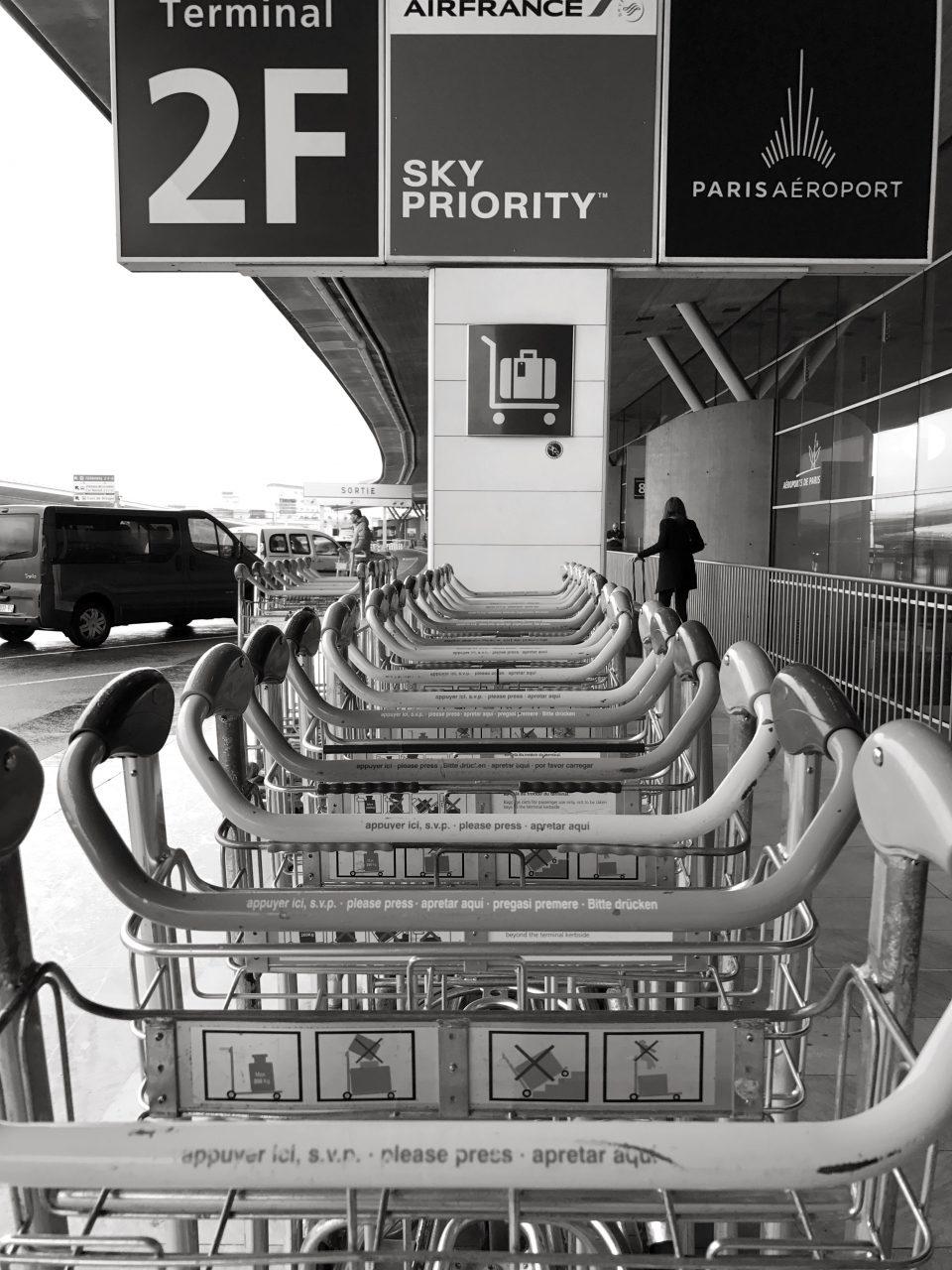 Gepäckwagen am Flughafen CDG Paris